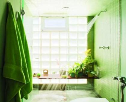 baño verde con plantas