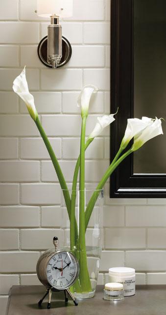 jarron con flores blancas