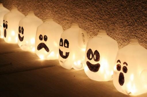 espacios de exterior decorados con botellas como fantasmas