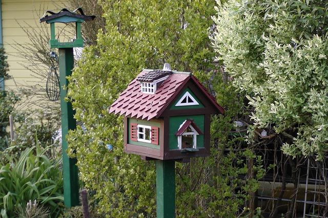 Casa para pájaros en el jardín