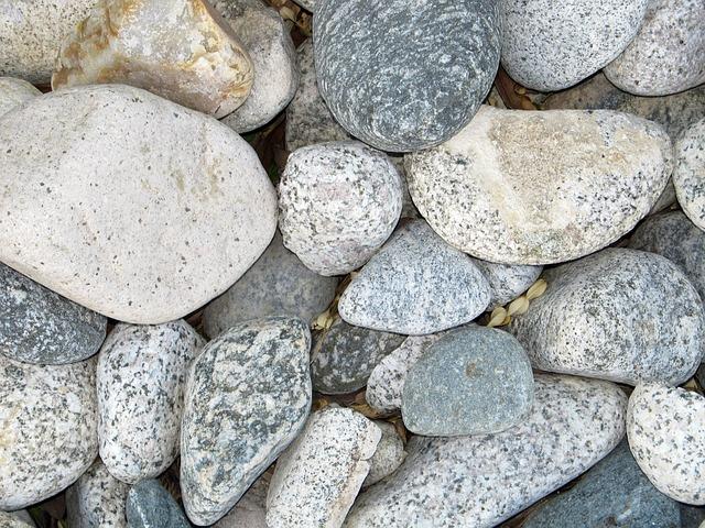 Decorar los jardines con piedras blancas