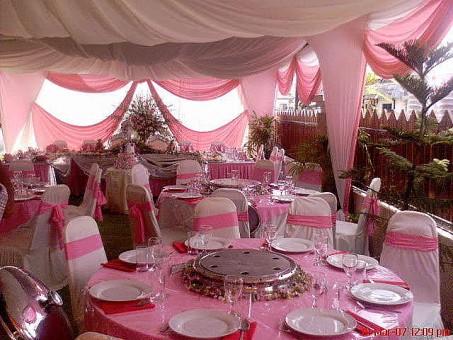 Mesa en tonos rosa para el jardín