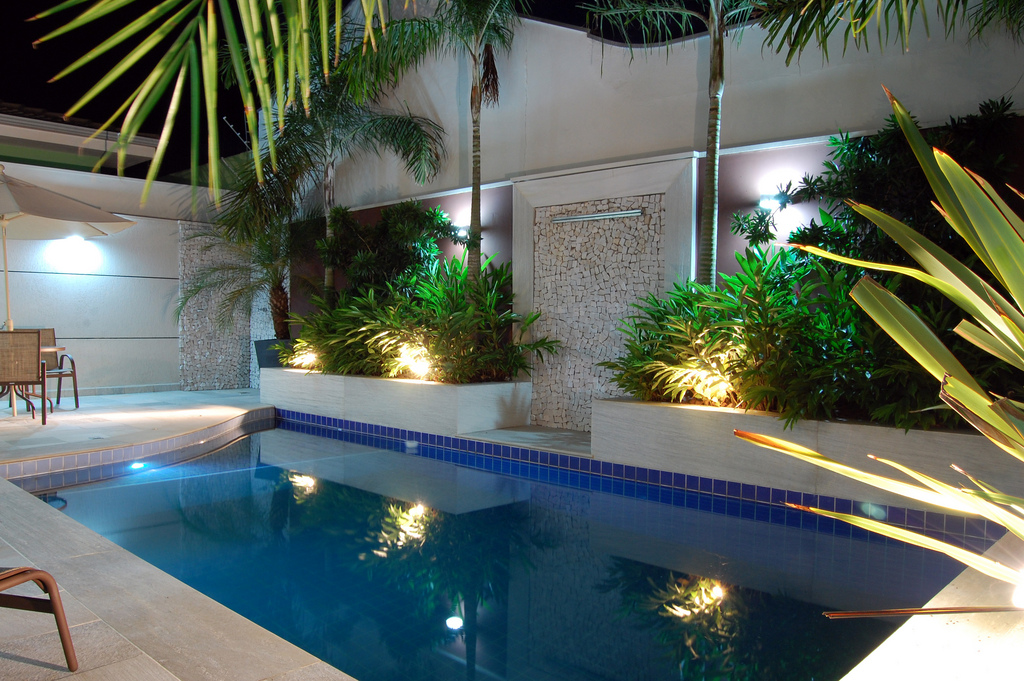 Baño cerca de la piscina