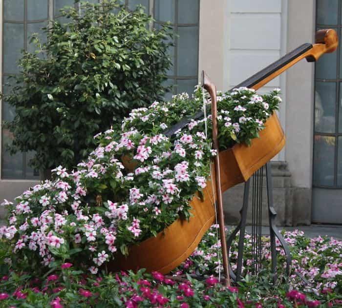 Transformar muebles en decoración - Violonchelo con flores