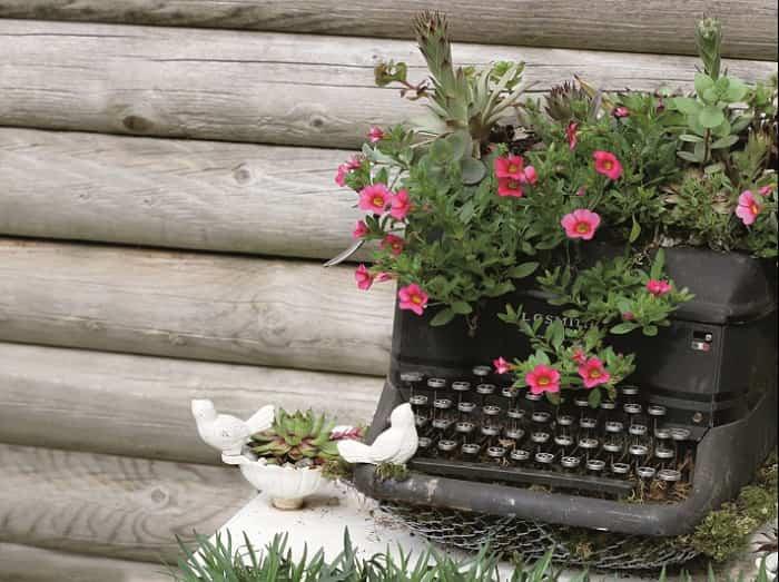 Transformar muebles en decoración - Maquina de escribir con flores