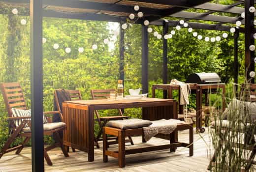 terraza decorada con muebles de madera