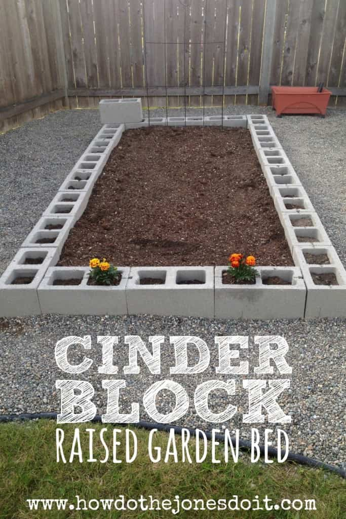 Decoracion con bloques de cemento en el jardín