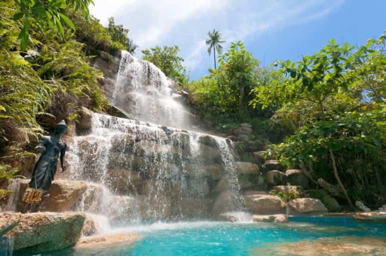 10 impresionantes cascadas para piscinas que querrás tener