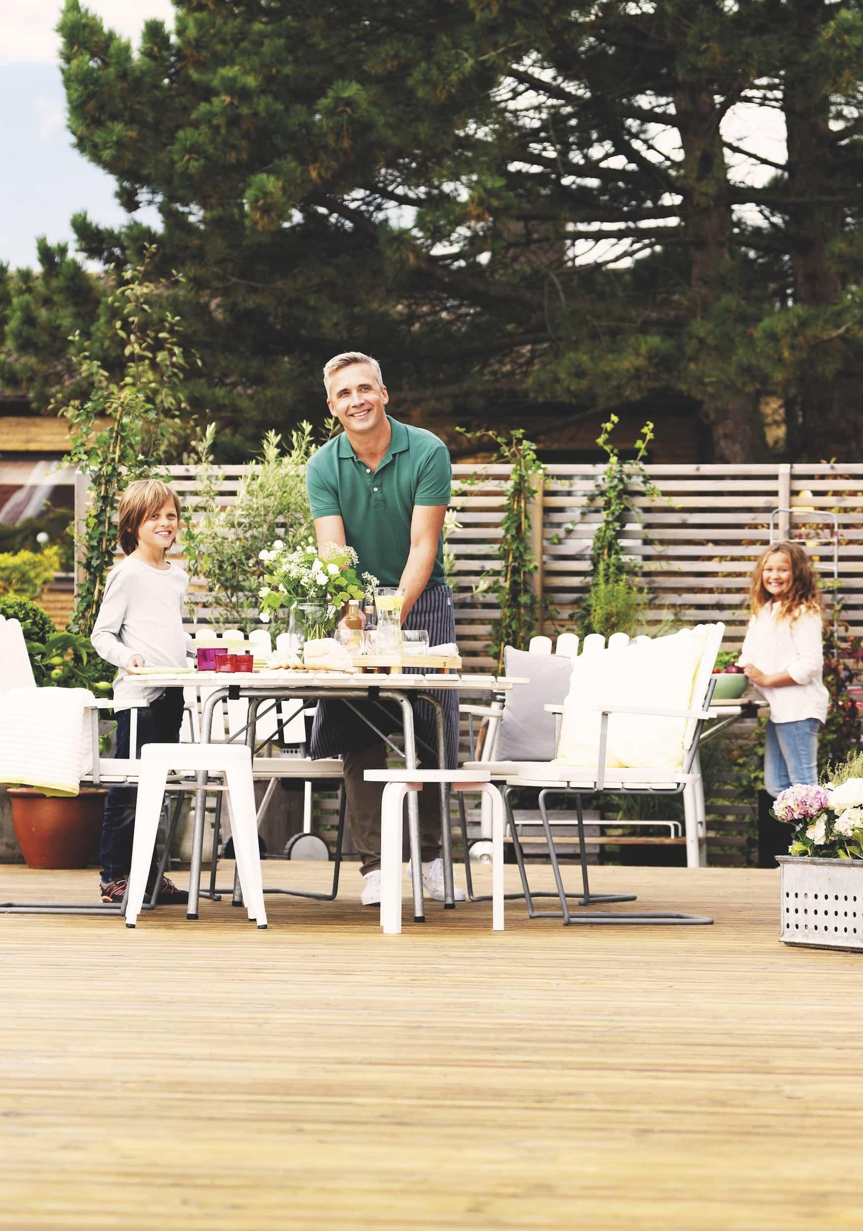 disfrutando del jardin exterior con un suelo madera